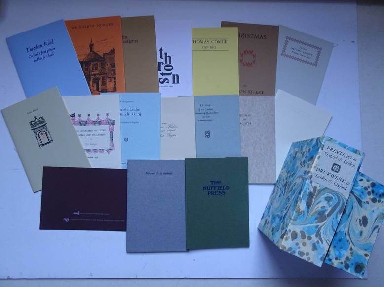 VAR. AUTHORS. - Printing in Oxford & Leiden/ Drukwerk in Leiden & Oxford. A joint project between members of the Oxford Guild of Printers in England, and Stichting Drukwerk in de Marge in Holland. Complete set of 17 publications.